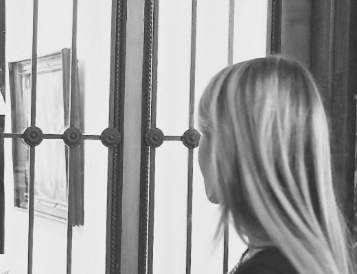 Julie en Rose betrachtet eine Ausstellung.