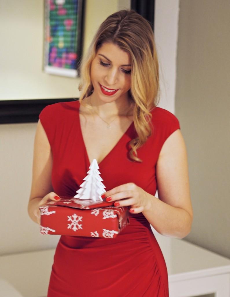 Julie en Rose und Weihnachtsgeschenke, beide in Rot.