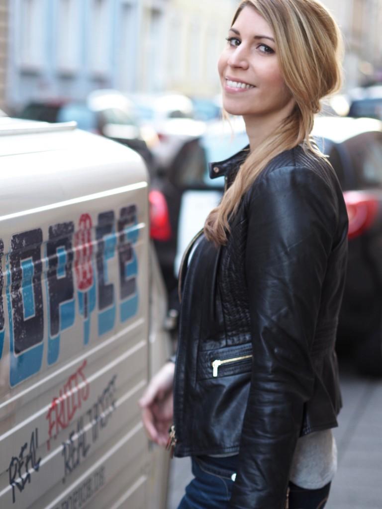 Julie en Rose lächelt in die Kamera, neben ihr ein Kleinwagen mit der Aufschrift Popice.