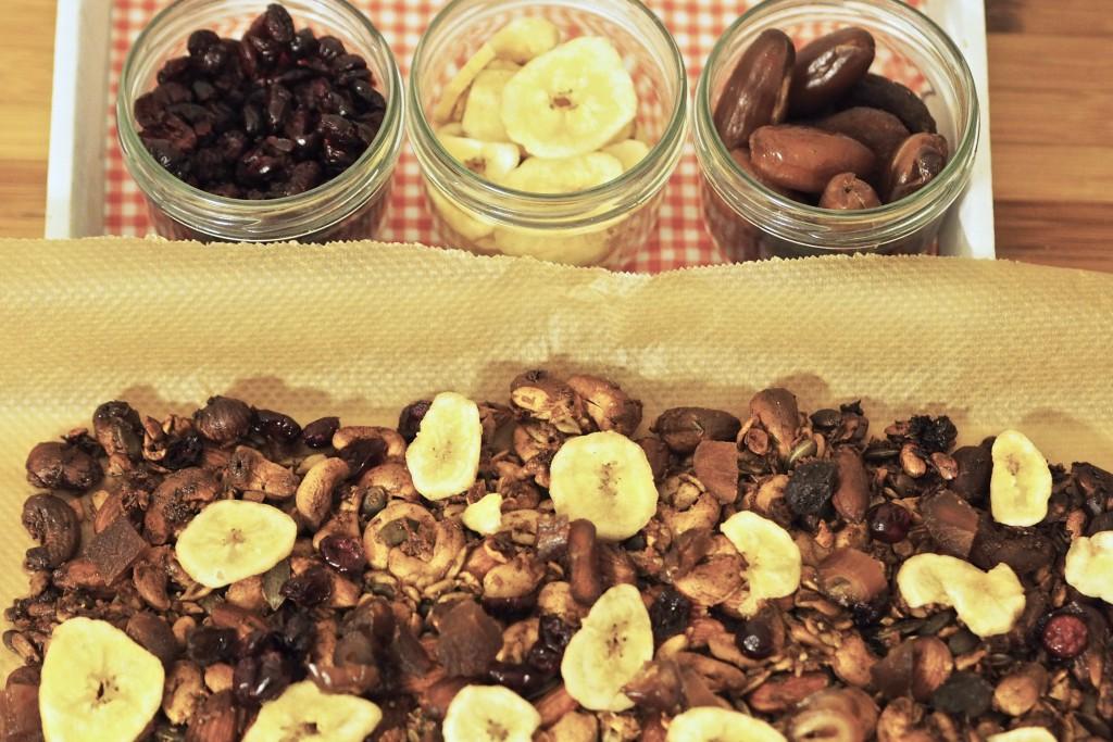 Das fertige Granola und Trockenfrüchte