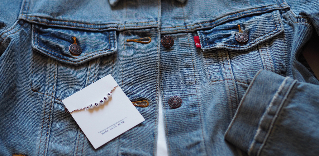 Denim-Trend Jeansjacke und Armband Honey