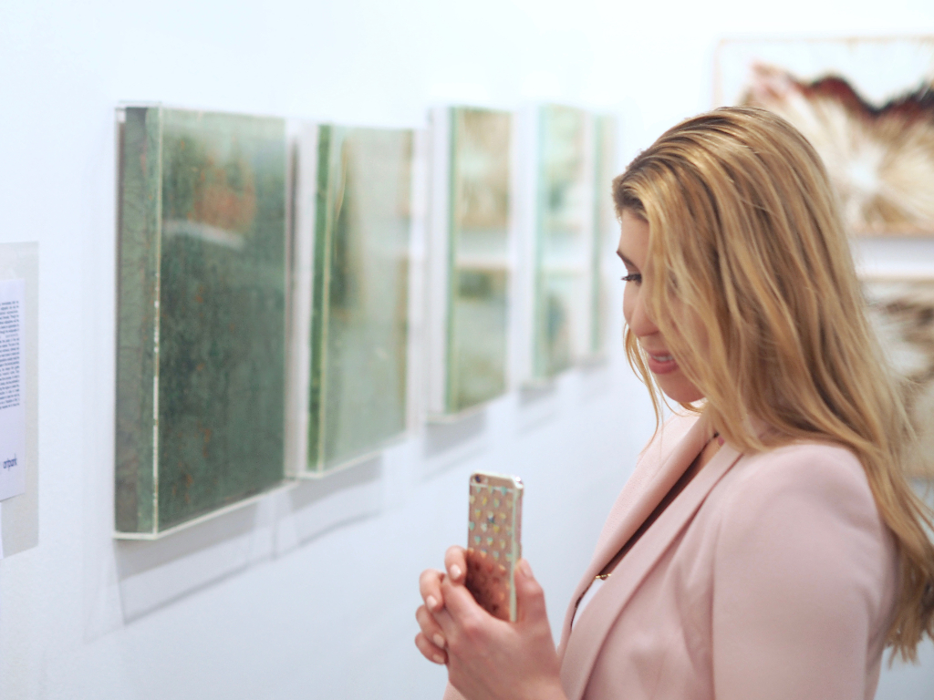 Kunst- und Modebloggerin auf der Kunstmesse art Karlsruhe