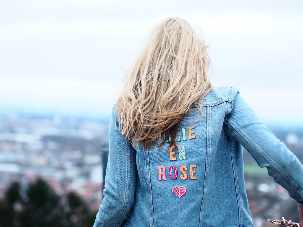 Outfitpost Julie en Rose. Jeansjacke mit Patches.