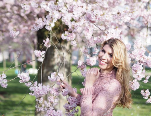 Modeloggerin Julie en Rose vor herrlicher Kirschblütenkulisse.