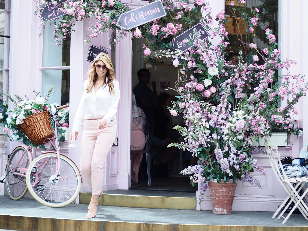 Fashionbloggerin Julie en Rose im Rose Look vor dem Peggy Porschen Cafe in London.